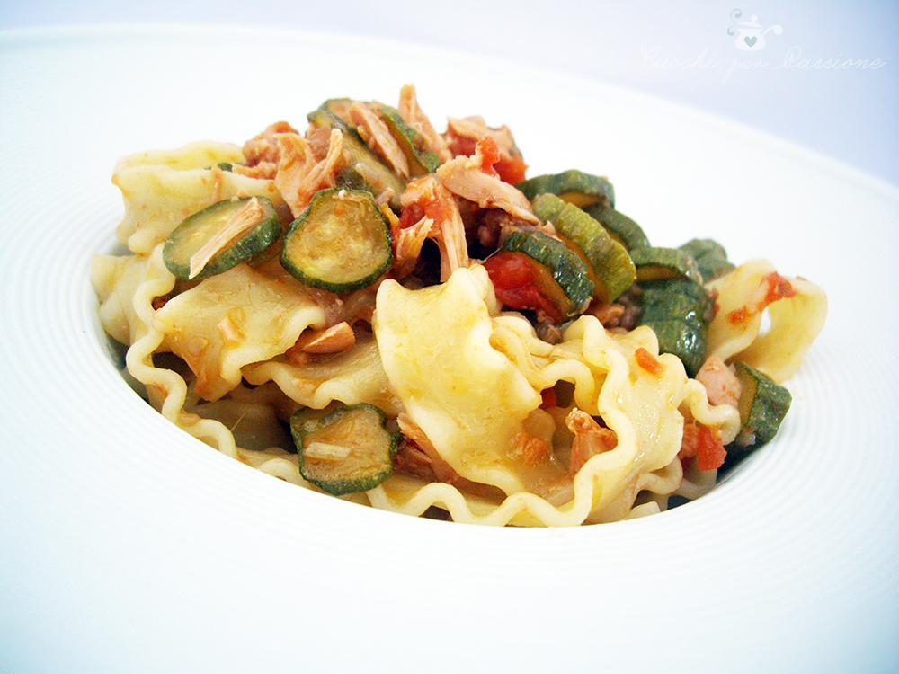 mafalde con zucchine, pomodorini e tonno